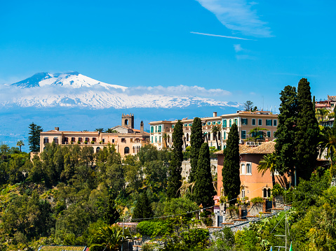 Active Volcano「Italy, Sicily, Taormina, view to hotel with Mount Etna in the background」:スマホ壁紙(1)