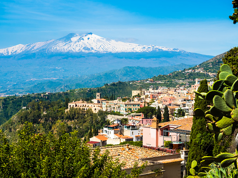 Prickly Pear Cactus「Italy, Sicily, Taormina, view to the city from above with Mount Etna in the background」:スマホ壁紙(13)