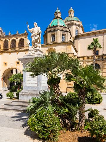St Vitus's Cathedral「Italy, Sicily, Province of Trapani, Mazara del Vallo, Piazza della Repubblica, Cathedral del Santissimo Salvatore and statue of Saint Vitus」:スマホ壁紙(4)