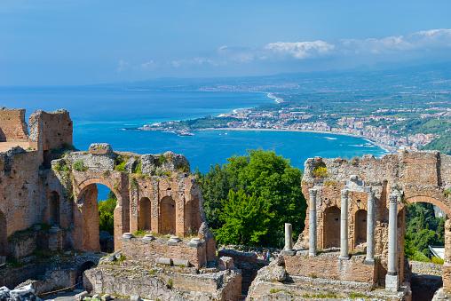 Roman「Italy, Sicily, Taormina, Teatro Greco with Giardini Naxos in background」:スマホ壁紙(4)