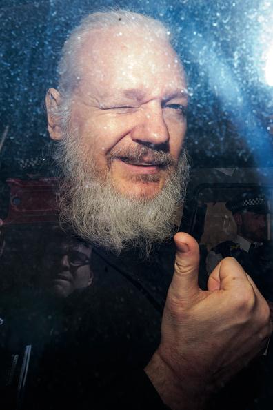 Gesturing「Julian Assange Appears At Westminster Magistrates Court」:写真・画像(17)[壁紙.com]