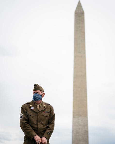 Vertical「Veterans Honored On 75th Anniversary Of VE Day」:写真・画像(12)[壁紙.com]