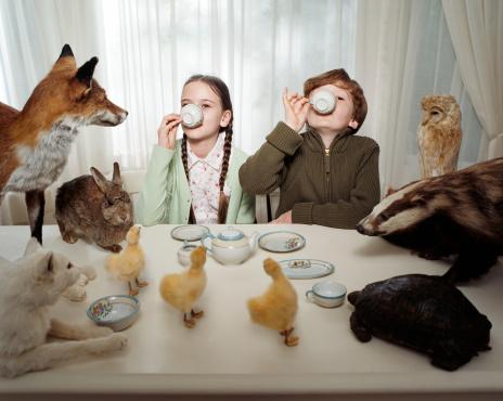 雪「Children having a tea party with animals」:スマホ壁紙(2)