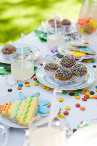 Cookie「Iced cookies and cupcakes on table decorated with streamers and candy」:スマホ壁紙(11)