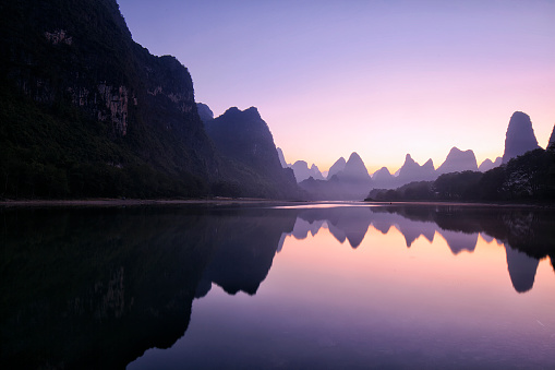 River「Mountain reflections at dawn, Guilin, China」:スマホ壁紙(12)