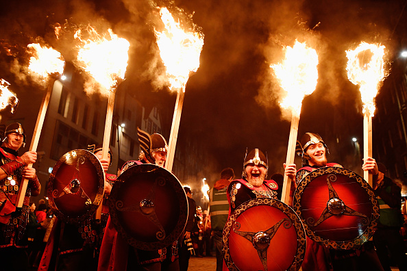 New Year「A Torchlit Procession Kicks-off Edinburgh's Hogmanay Celebrations」:写真・画像(1)[壁紙.com]