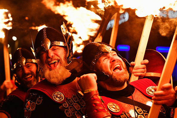 New Year「A Torchlit Procession Kicks-off Edinburgh's Hogmanay Celebrations」:写真・画像(2)[壁紙.com]