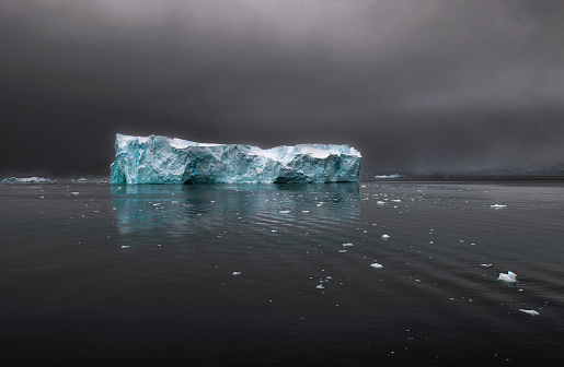 Antarctic Ocean「Iceberg in Antarctic with bits of floating ice」:スマホ壁紙(17)