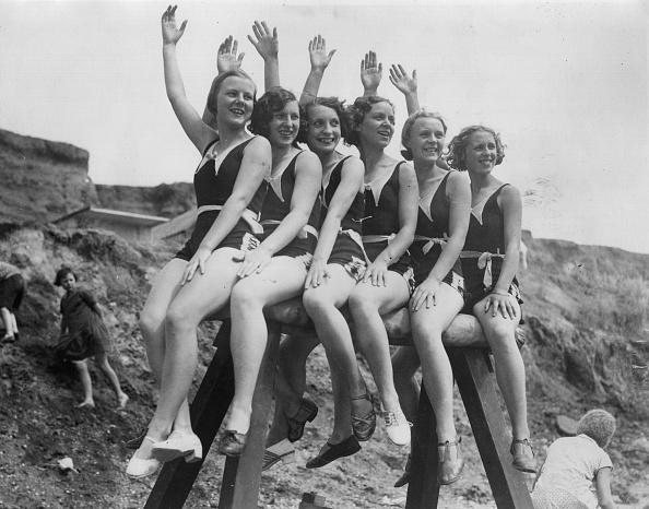In A Row「Waving Bathers」:写真・画像(7)[壁紙.com]
