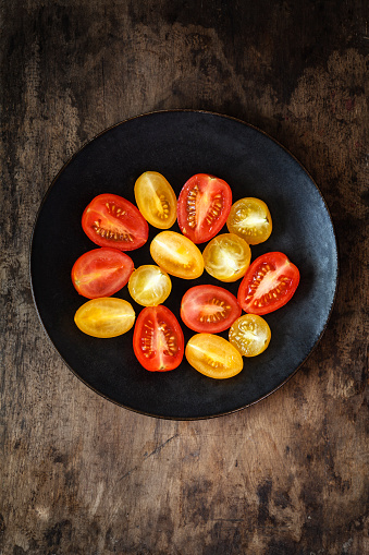 Halved「Halfed yellow and red cherry tomatoes on plate」:スマホ壁紙(18)