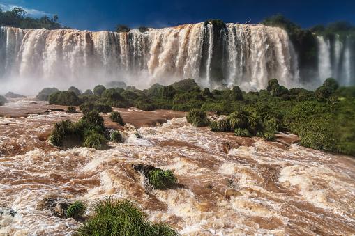 海外旅行「The centre of the Garganta del Diablo (Devil's Throat), Iguazu Falls (UNESCO World Heritage Site) from Brazilian side, Iguazu , Brazil」:スマホ壁紙(2)