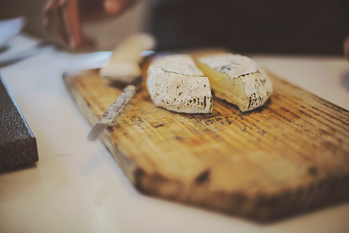 Unrecognizable Person「Cheese on wooden cutting board, Western Cape, South Africa.」:スマホ壁紙(4)