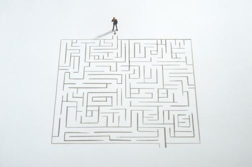 Figurine「Miniature businessman ponder the maze」:スマホ壁紙(11)