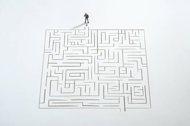 Miniature businessman ponder the maze:スマホ壁紙(壁紙.com)