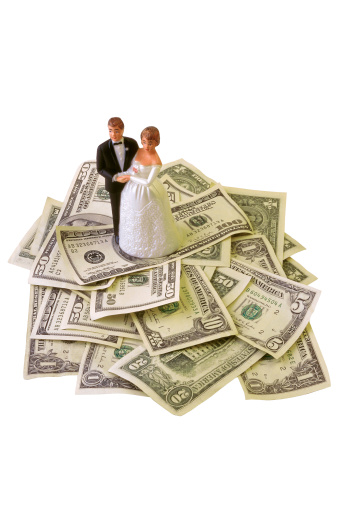 Married「Miniature bride and groom on top of money」:スマホ壁紙(0)
