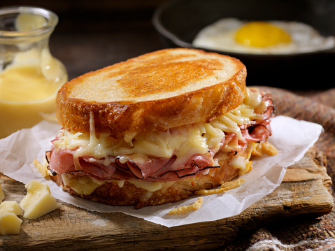 Toasted Food「Croque Monsieur, Grilled Cheese Sandwich with Black Forest Ham, Gruyere and Bechamel Sauce」:スマホ壁紙(17)