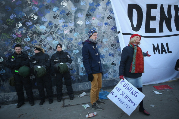 Moving Past「Berlin Wall Section To Make Way For Development」:写真・画像(13)[壁紙.com]