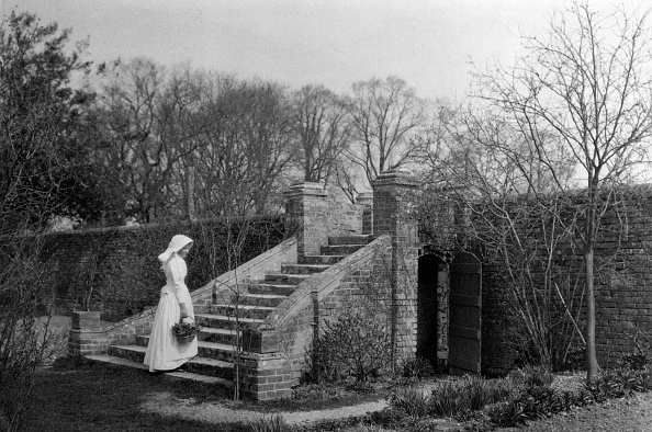 19th Century「Woman Standing At The Base Of The Garden Steps」:写真・画像(10)[壁紙.com]