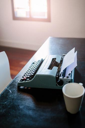 Typewriter「Typewriter on desk」:スマホ壁紙(18)