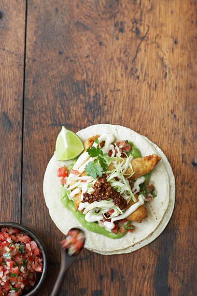 Fish taco and bowl of salsa, overhead view:スマホ壁紙(壁紙.com)