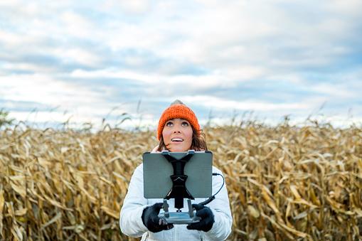ドローン撮影「女性パイロットの無人リモート コント ローラーを用いたタブレット マウント」:スマホ壁紙(7)