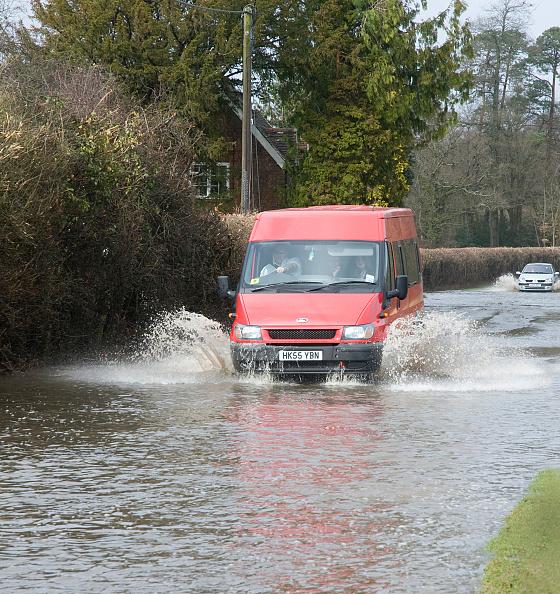 Splashing「Van driving through Floods at Beauleu 2008」:写真・画像(13)[壁紙.com]