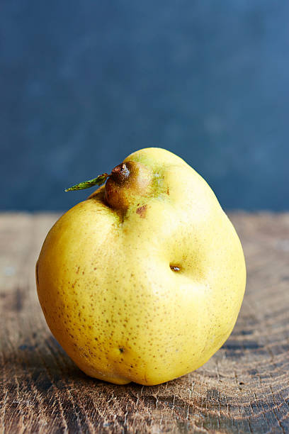 Quince, Cydonia oblonga, standing on wood:スマホ壁紙(壁紙.com)