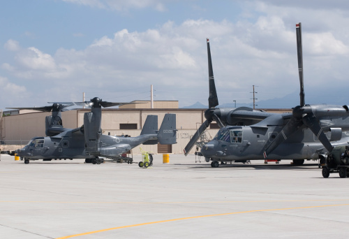 Propeller「Two CV-22 Osprey aircraft from the 71st SOS sit on the ramp at Kirtland Air Force Base, New Mexico.」:スマホ壁紙(9)