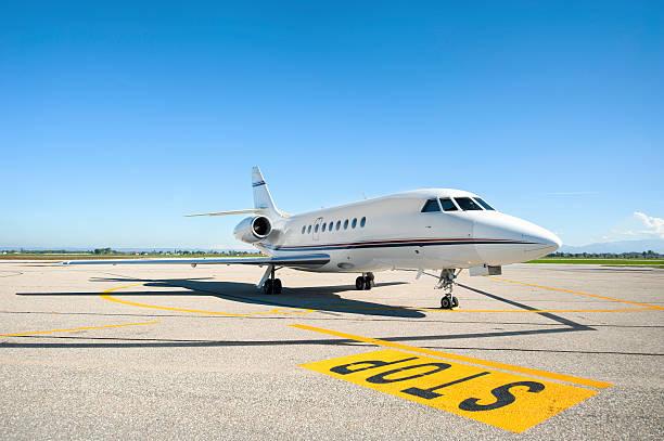 Private airplane on runway:スマホ壁紙(壁紙.com)