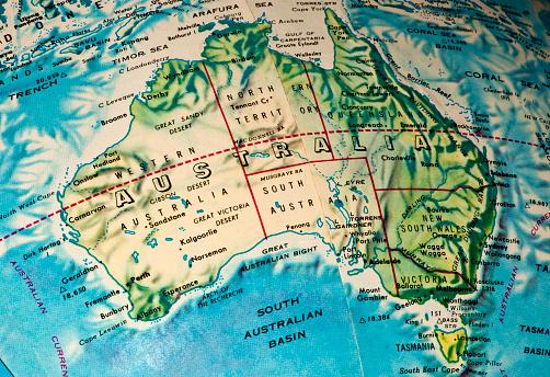 アラフラ海「オーストラリアマップ、グローブを示す地球曲率」:スマホ壁紙(2)