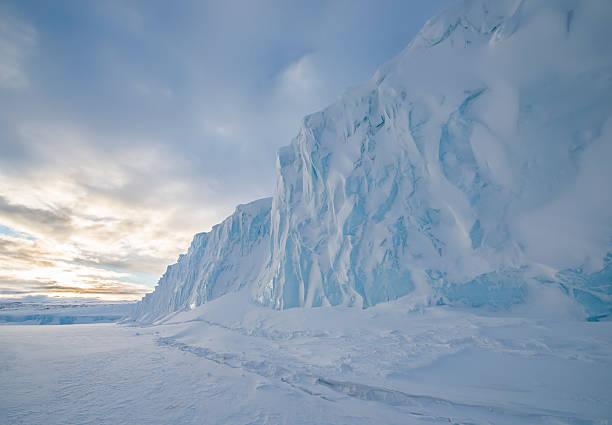 The Barne Glacier on Ross Island in the McMurdo Sound region of the Ross Sea, Antarctica.:スマホ壁紙(壁紙.com)