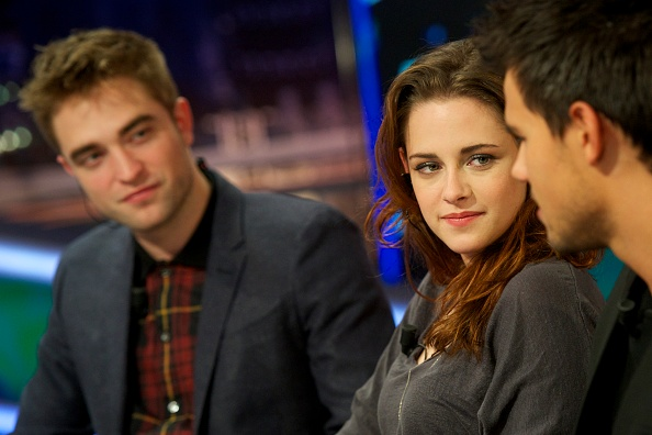 ロバート・パティンソン「Robert Pattinson and Kirsten Stewart Attend 'El Hormiguero' Tv Show」:写真・画像(4)[壁紙.com]