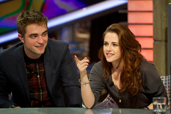 ロバート・パティンソン「Robert Pattinson and Kristen Stewart Attend 'El Hormiguero' Tv Show」:写真・画像(8)[壁紙.com]