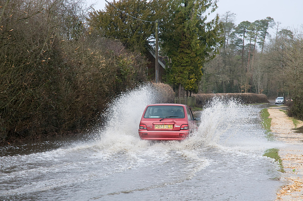 Spray「Rover Metro driving through floods at Beaulieu 2008」:写真・画像(0)[壁紙.com]