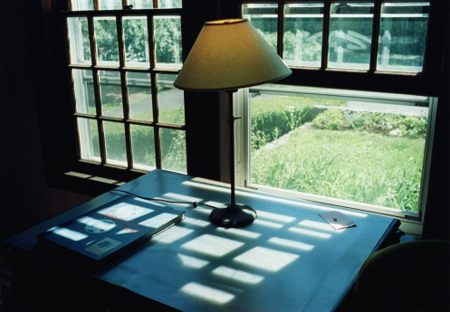 Lamp Shade「Table and lamp inside historic farmhouse, New Hampshire, USA」:スマホ壁紙(8)