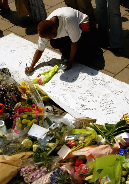 Bouquet「Two Minutes Silence Held For Victims Of London Bombings」:写真・画像(3)[壁紙.com]