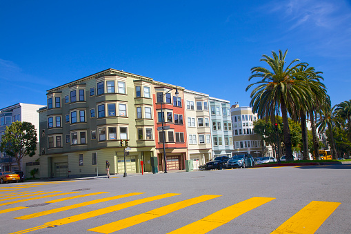 Corner「Street view of multi colored apartment building in Mission District, San Francisco」:スマホ壁紙(14)