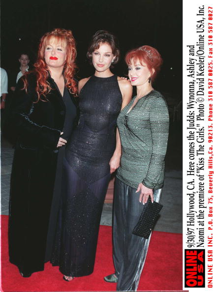 """David Keeler「9/30/97 Hollywood, CA. Here comes the Judds: Wynonna, Ashley and Naomi at the premiere of """"Kiss The 」:写真・画像(19)[壁紙.com]"""