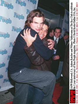 "David Keeler「1/6/99 Hollywood, CA. ""That 70's Show"" Ashton Kutcher and Wilmer Valderrama embrace at The Key Club 」:写真・画像(17)[壁紙.com]"