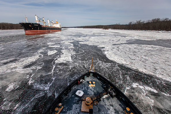 Drew Angerer「U.S. Coast Guard Ice Cutting Tug Boat Works To Keep Shipping Channels Open On The Hudson River」:写真・画像(16)[壁紙.com]
