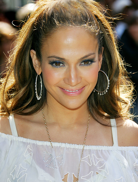 Hoop Earring「Jennifer Lopez Signs Copies Of 'Como Ama Una Mujer'」:写真・画像(3)[壁紙.com]