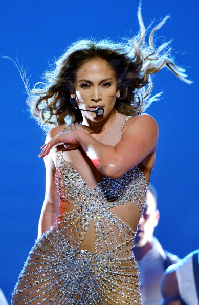 Singing「Jennifer Lopez Performs At The 02 Arena」:写真・画像(10)[壁紙.com]