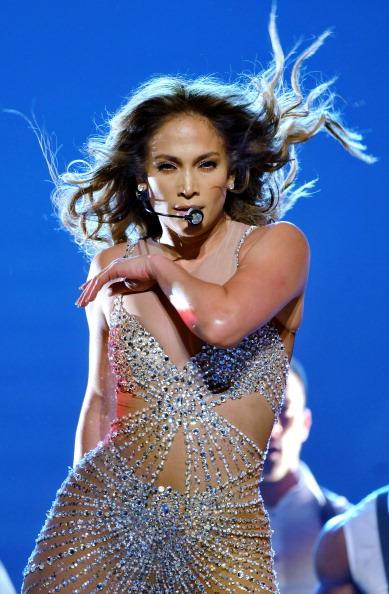 Singing「Jennifer Lopez Performs At The 02 Arena」:写真・画像(16)[壁紙.com]