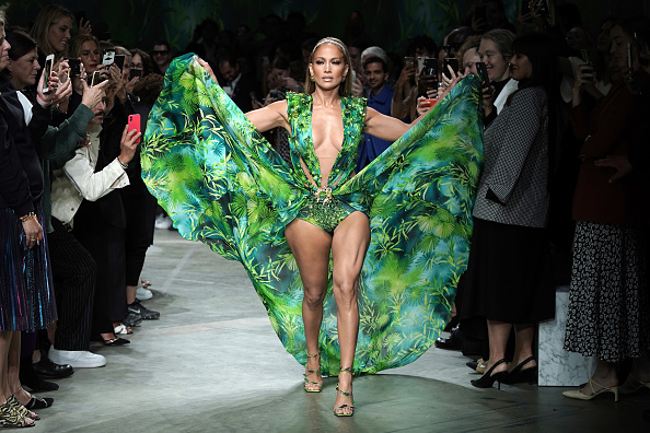 Jennifer Lopez「Versace - Runway - Milan Fashion Week Spring/Summer 2020」:写真・画像(3)[壁紙.com]