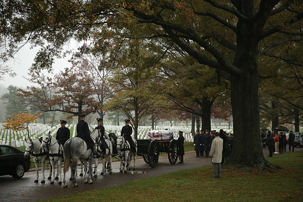 Alex Wong「Burial Held At Arlington National Cemetery For Missing Airman From WWII」:写真・画像(8)[壁紙.com]