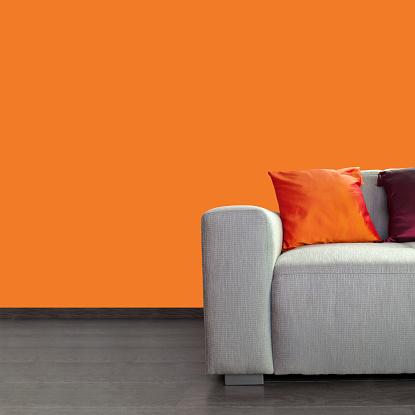 カラー画像「モダンなグレーのソファーとカラフルな枕をあしらった壁とオレンジ」:スマホ壁紙(1)
