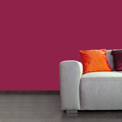 Pink Color「モダンなグレーのソファーとカラフルな枕をあしらった壁とパープル」:スマホ壁紙(1)