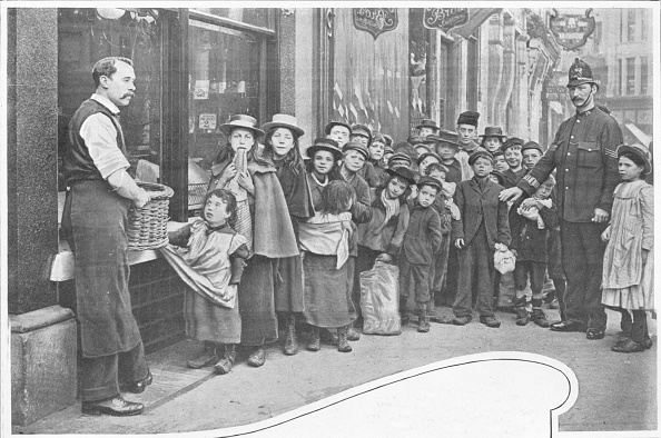 Edwardian Style「Waiting for parcels of food, Cheapside, c1903 (1903)」:写真・画像(4)[壁紙.com]