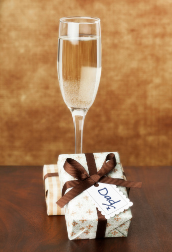 Father's Day「Champagne and Gift for Dad」:スマホ壁紙(19)