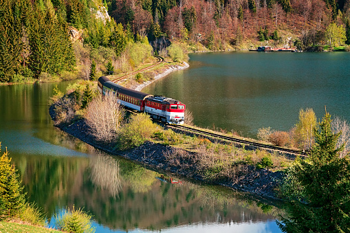 Coastline「Train passing through lake near Mlynky village in the Slovak Paradise (Slovensky raj) national park, Slovakia.」:スマホ壁紙(11)